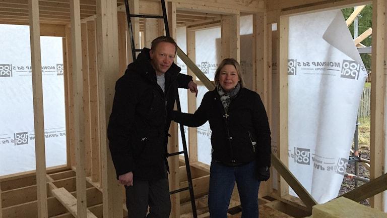 Henrik och Monica Broén håller på att bygga ett Attefallshus i Tofta.