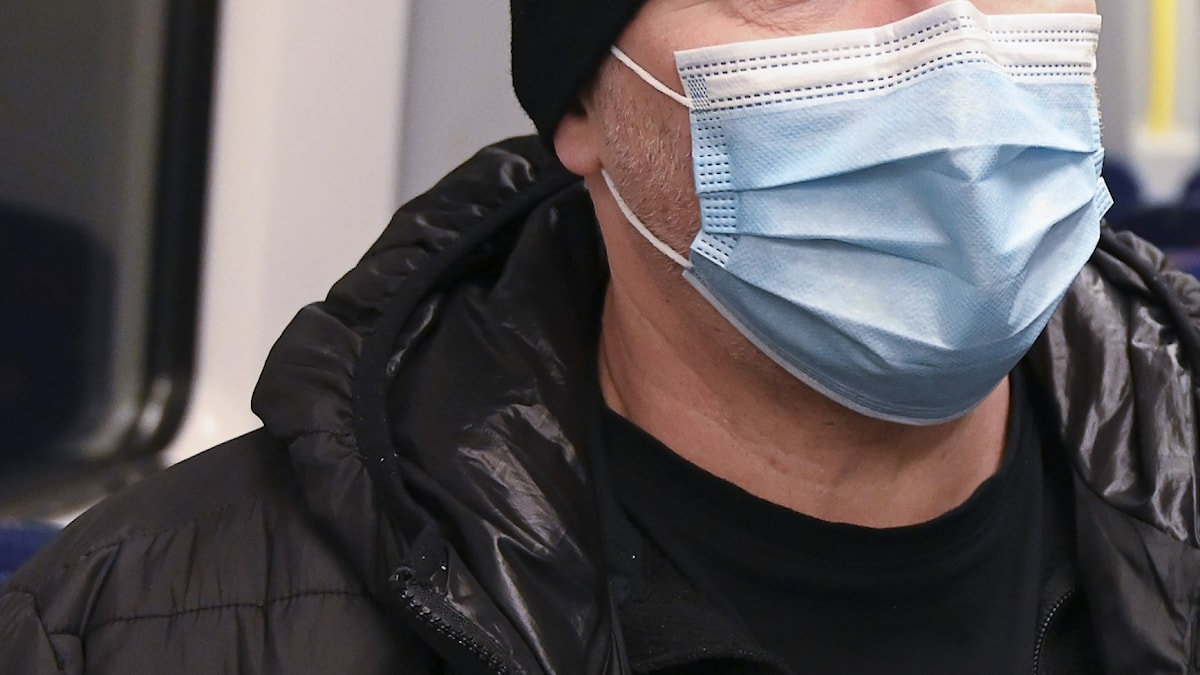 En närbild på en person som bär munskydd.