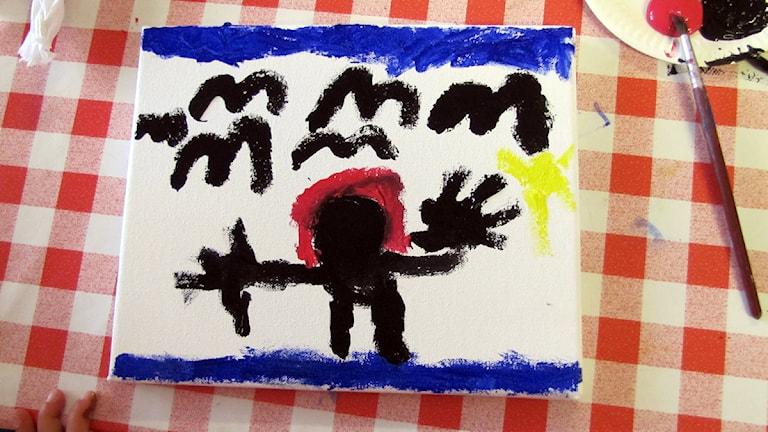 Tavla målad av barn i Slite för Världens barn. Foto: Mari Winarve/P4 Gotland Sveriges Radio