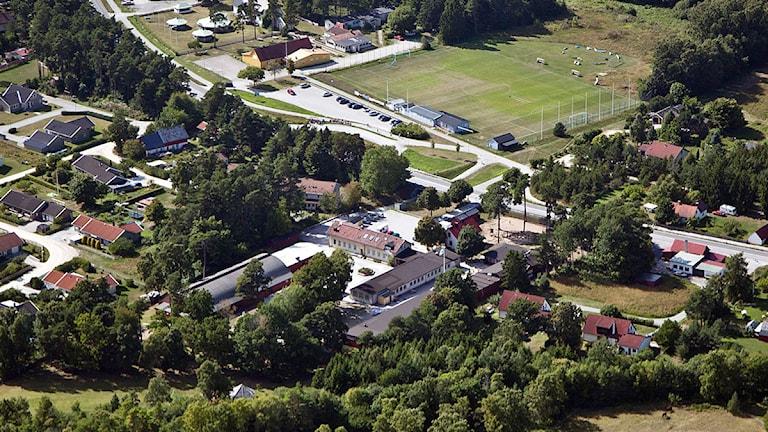 Västerhejde skola och idrottsplats. Flygfoto: Gunnar Britse