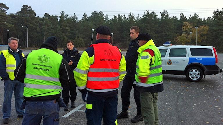Polis och frivilliga från missing people inleder morgonens sökning vid Rävhagen i Visby. Foto: Daniel Värjö / Sverige Radio P4 Gotland