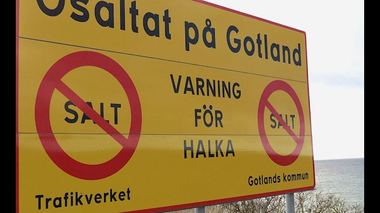 Varning för halka på osaltade vägar. Foto: Cristina Jardim Riebeiro/P4 Gotland Sveriges Radio