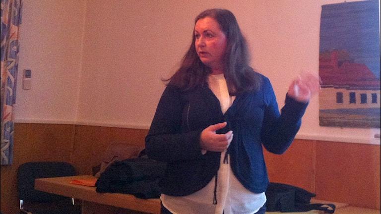Nordkalks kommunikationschef Eva Feldt på ett informationsmöte i Buttle.