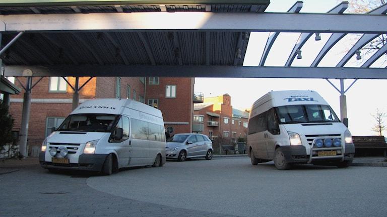 Färdtjänstbussar vid entrén till lasarettet i Visby.
