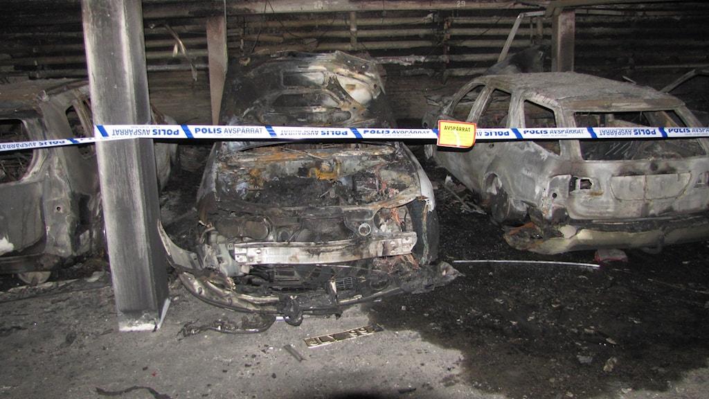 Utbrända bilar efter brand i ett garage på Gråbo i Visby. Foto: Lasse Ahnell/P4 Gotland Sverigesradio