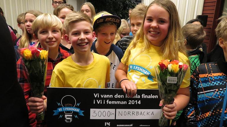 Norrbackaskolans femmor Otto Åberg och Hedda Roswall med segercheck. Foto: Mika Koskelainen / Sveriges Radio P4 Gotland