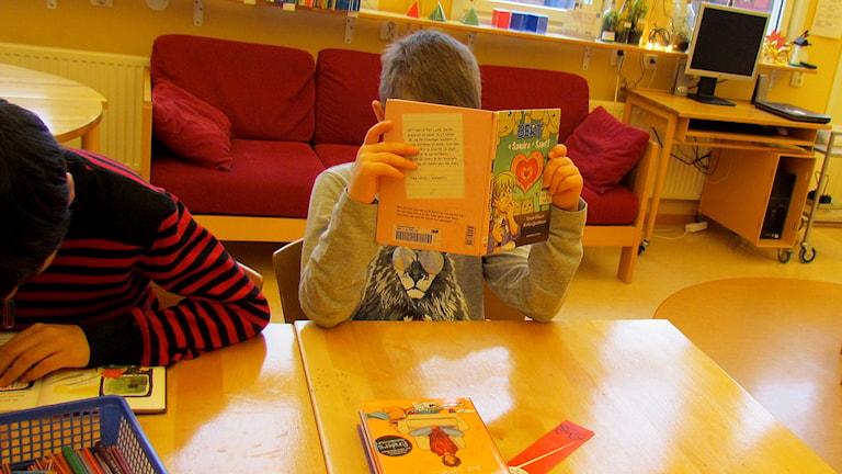 Läsning på lektionen. Foto: Håkan Erlandsson/P4 Gotland Sveriges Radio.