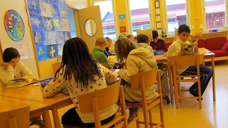 Läsning i klassrummet. Foto: Håkan Erlandsson/P4 Gotland Sveriges Radio.