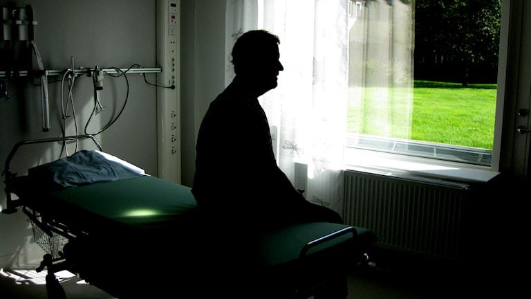 Patient sitter i sängen. Foto: Cecilia Bäcklund / Sveriges Radio