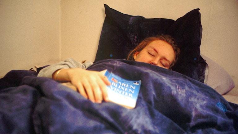Sängliggande kvinna under täcke. Arkivfoto: Bertil Olofsson / SVT Bild