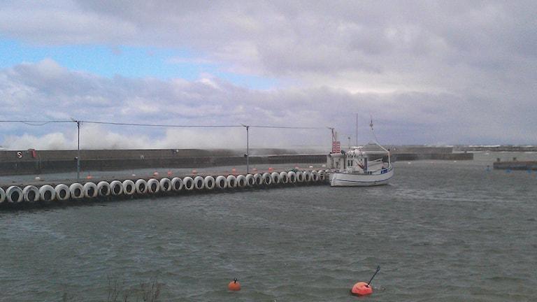Stormvågor över Lickershamns hamn. Foto: Henrik Wallenius/P4 Gotland Sveriges Radio