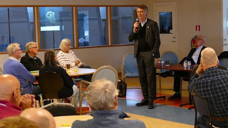 Peter Larsson talar till SLiteborna. Foto: Johan Hellström/Sveriges Radio