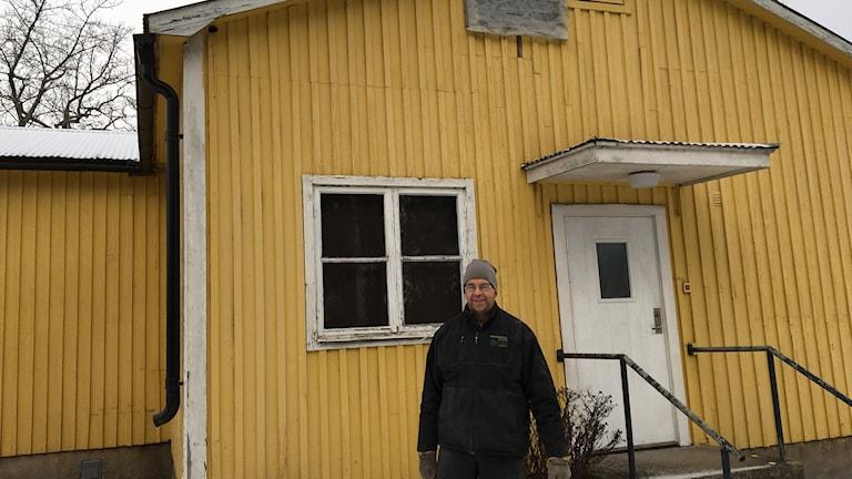 Tomas Björkqvist framför Väte Bygdegård