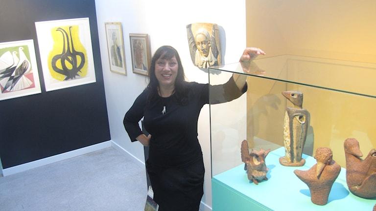 Marika Bogren visar upp Tyra Lundgrens konst.