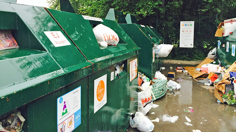 Skräpig återvinningsstation. Foto: Karin Brindt/Sveriges Radio