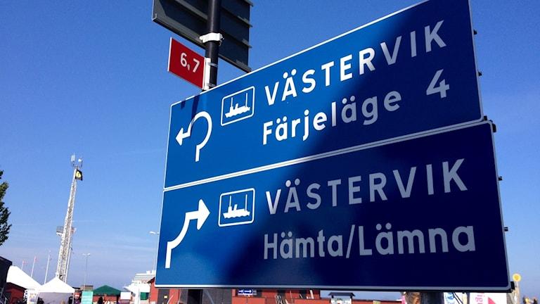 Skylt som visar vägen för resenärer som kommer in eller ska åka med Gotlandsbåten.