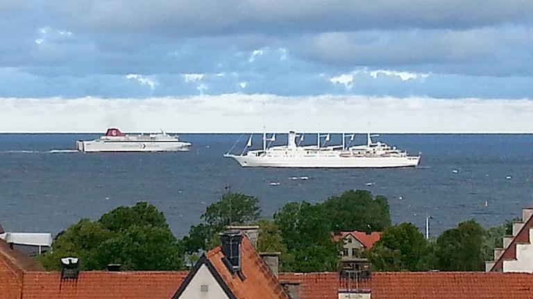 Destination Gotlands färja möter exklusiva kryssningfartyget Club Med 2. Foto: Eva Sjöstrand/Sveriges Radio