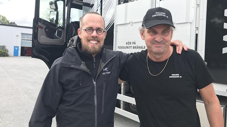 Fredrik Sundblad, projektledare Fossilfritt kött och Ulf Wahlgren, djurtransportör med ny djurtransportbil som kör på etanol.
