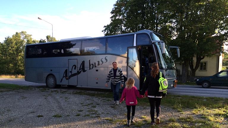 Följer till skolbussen.