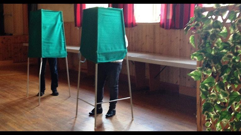Två valbås i vallokalen i Kräklingbo.