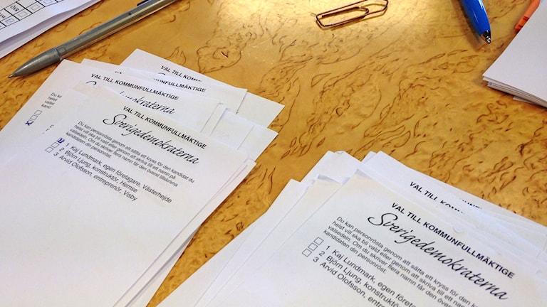 Sverigedemokraternas valsedlar. Foto: Katarina Hedström/Sveriges Radio