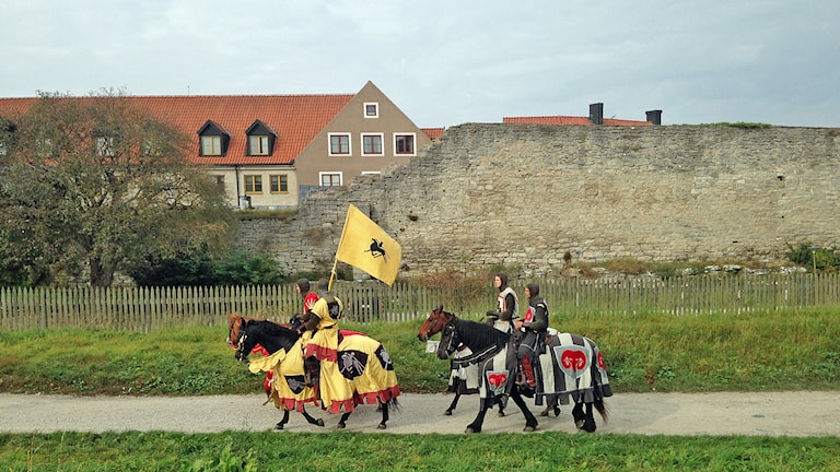 Riddare till häst på Medeltidsveckan i Visby. Foto: Katarina Hedström/Sveriges Radio