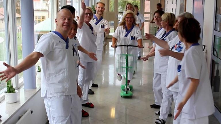 Bild från filmen som ska locka personal till sjukvården.