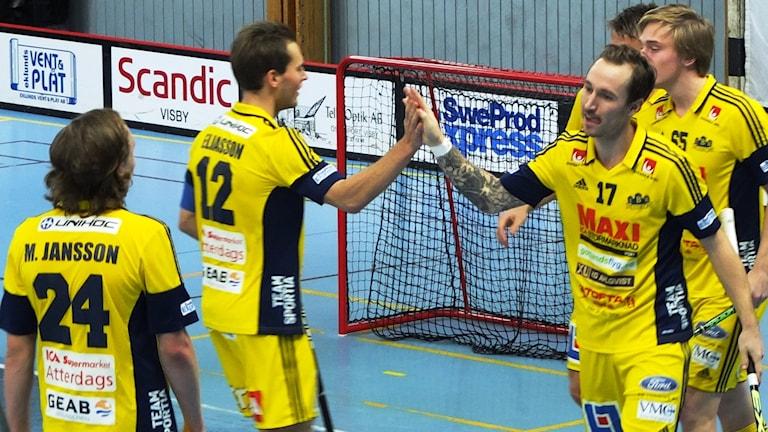 Jonas Gatu och Jesper Eliasson gör high five efter mål mot Rosersberg.