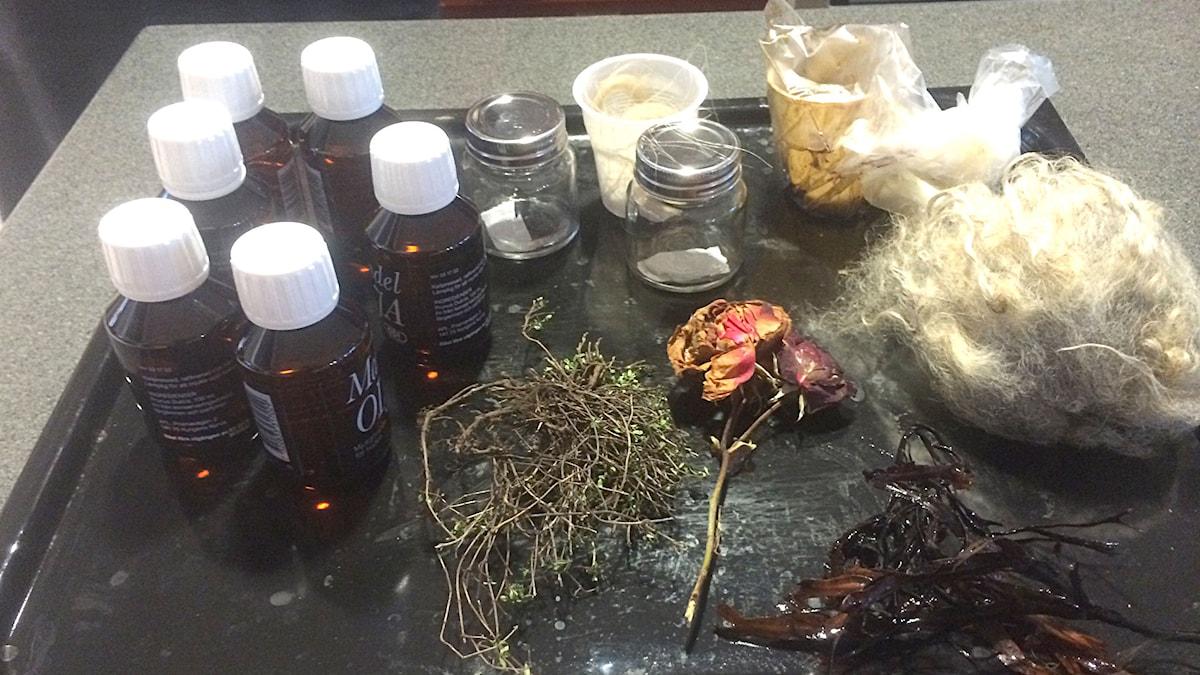 Ingredienser till parfym. Foto: Anna Granath/Sveriges Radio