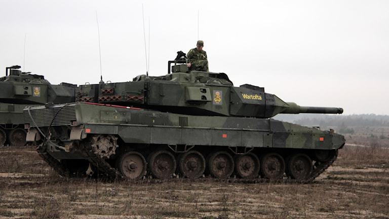 Stridsvagn och soldater. Foto: Hanna Sihlman/Sveriges Radio