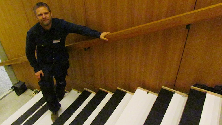 Tekniker Oscar Enberg i Riksutställningars musikaliska trappa. Foto: Ulrika Uusitalo Fernholm/Sverigesradio