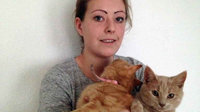 Sophi Kellgren med katter. Foto: Patrik Annerud/Sveriges Radio