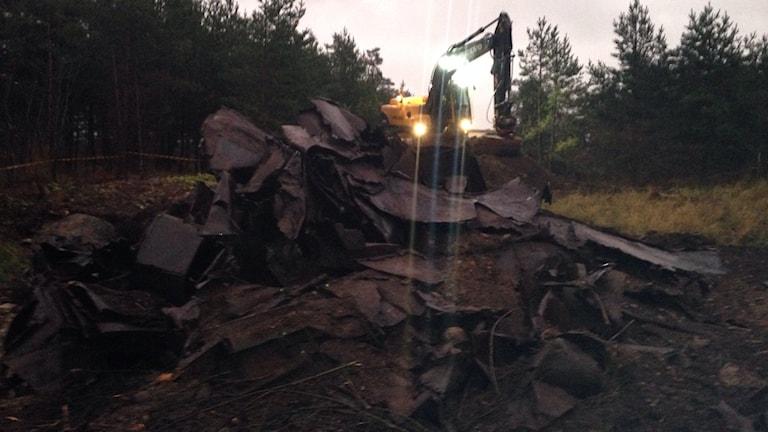 Grävning på bilkyrkogård i Tingstäde. Foto:Katarina Hedström/Sveriges Radio
