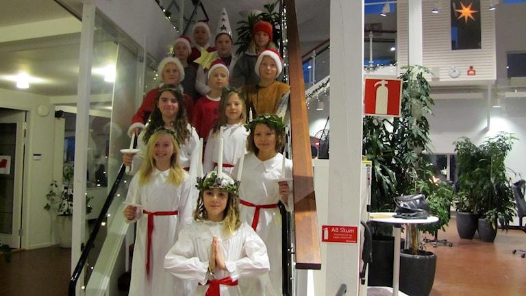 Orionskolan klass 4 lussar på P4 Gotland. Foto: Camilla Körkander/Sveriges Radio.