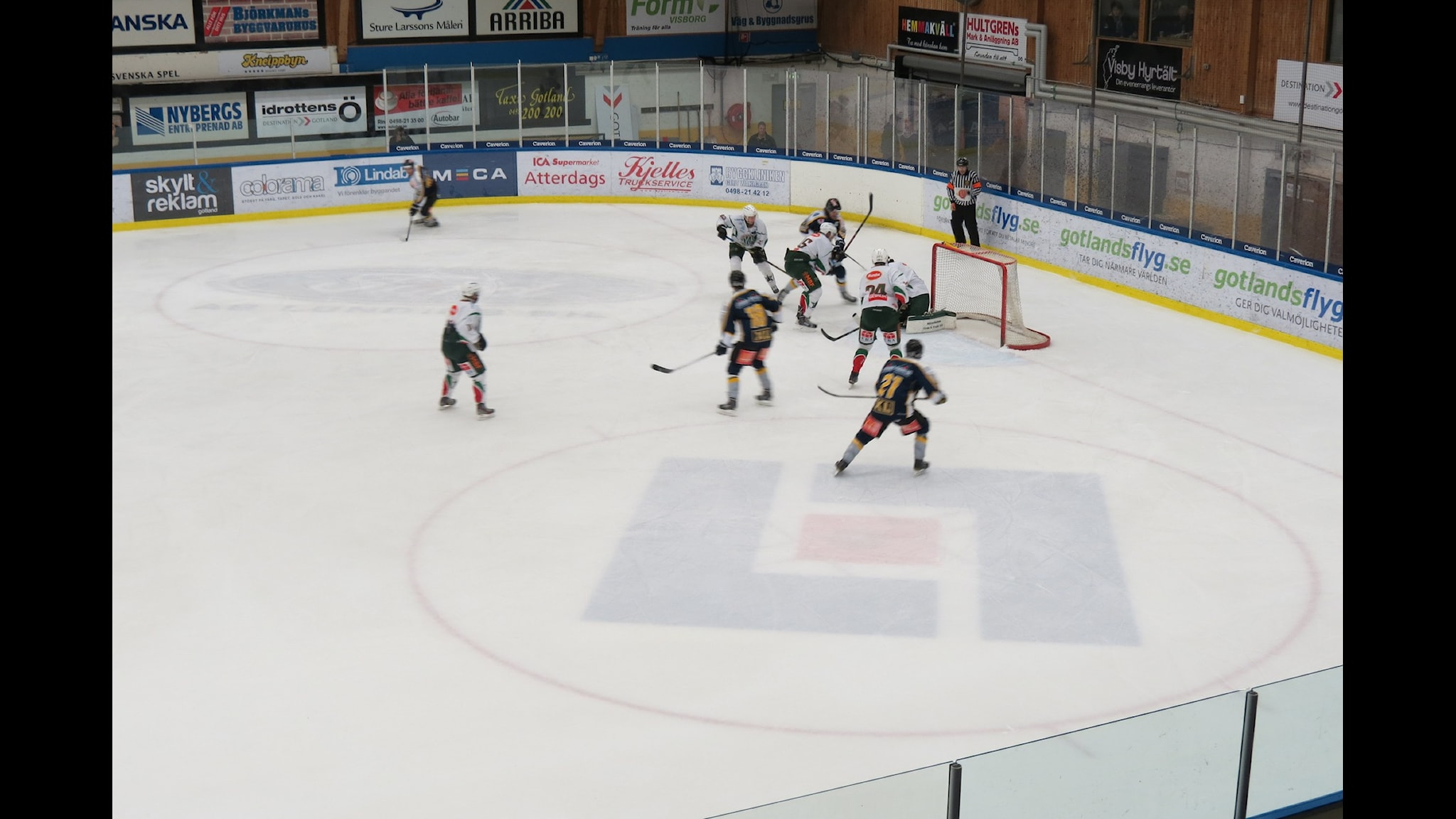 Spelare i Visby Roma anfaller mot Väsby