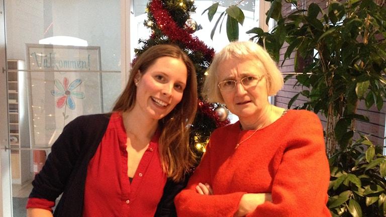 Amanda Heijbel och Eva Sjöstrand rimmar på lyssnarnas julklappar. Foto: Helena Bremberg/Sveriges Radio