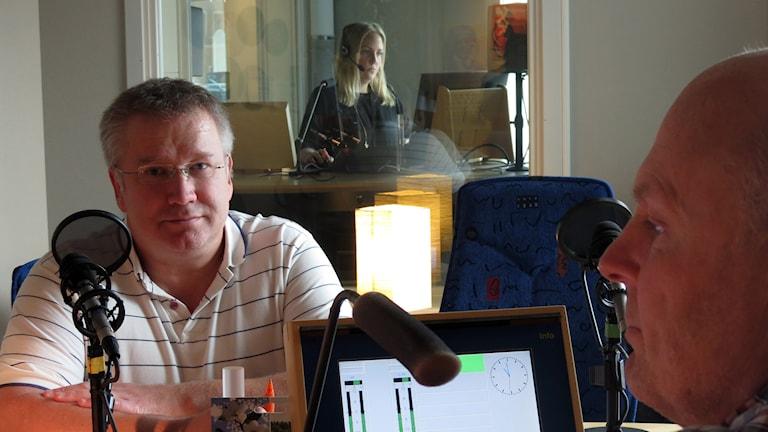 Släktforskaren Mats Ekedahl och Joakim Åstrand. Foto: Jonas Neuman/Sveriges Radio