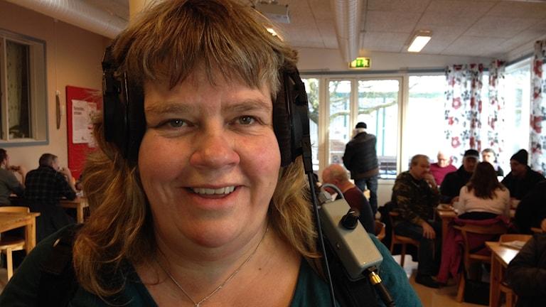 Mari Winarve sänder från Kupan i Visby. Foto: Mika Koskelainen/Sveriges Radio