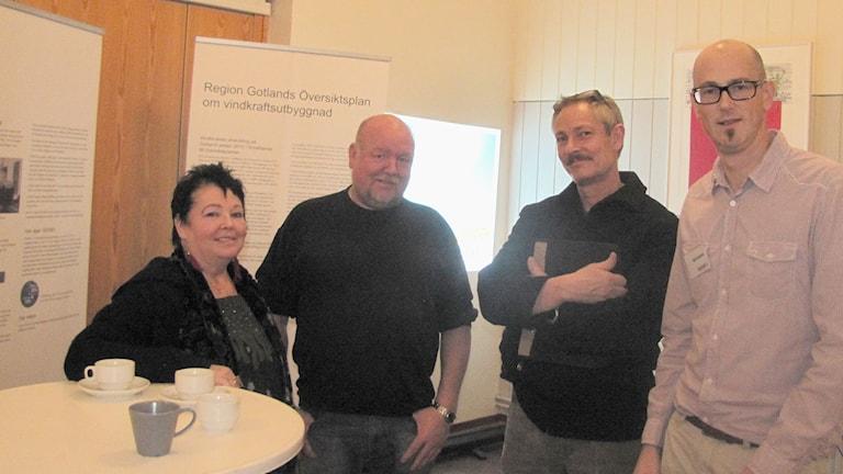 Anci Olofsson, Per Johansson, Andreas Wickman, Björn Axelsson GEAB vid samrådsmötet om kraftledningen. Foto: Tomas Ardin/Sveriges Radio