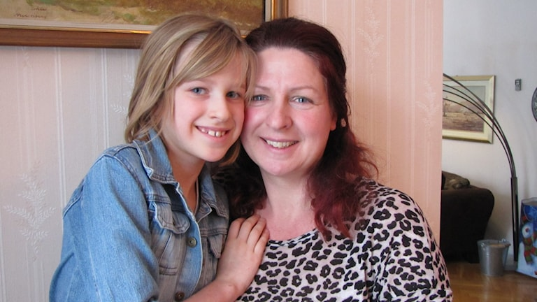 Lucinda Rydqvist med sitt barn Leah. Foto: Mari Winarve/Sveriges Radio