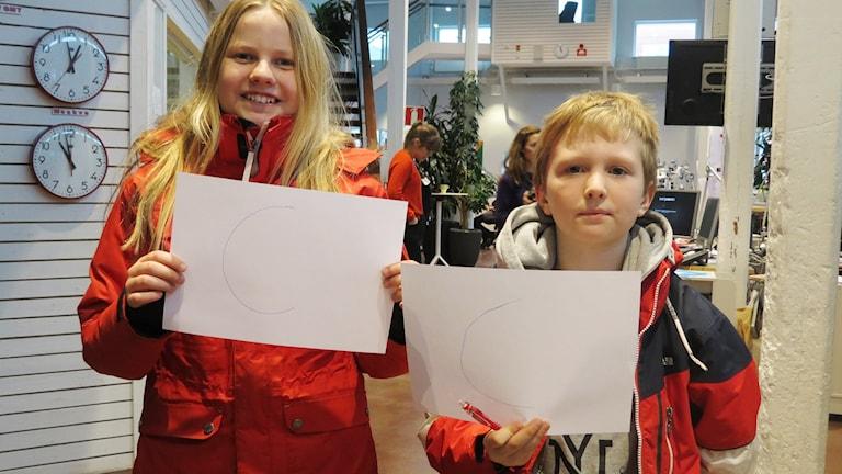 Femteklassarna Hugo Eliasson och Siri Lidström sätter betyg på betygsförsöket.