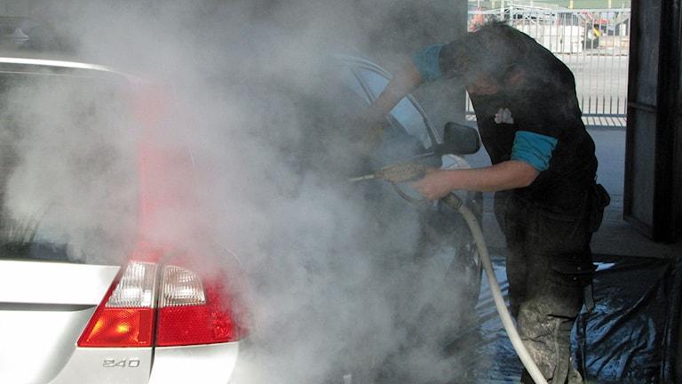Biltvätt med ånga. Foto: Lasse Ahnell/Sveriges Radio