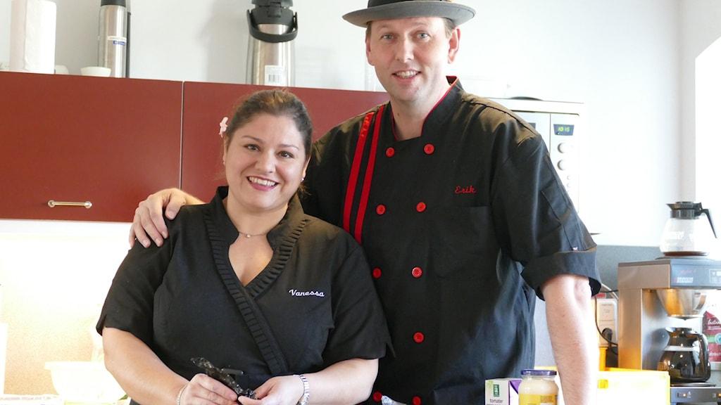 Vanessa och Erik lagar mexikansk mat i Maris café. Foto: Lasse Eskelind/Sveriges Radio