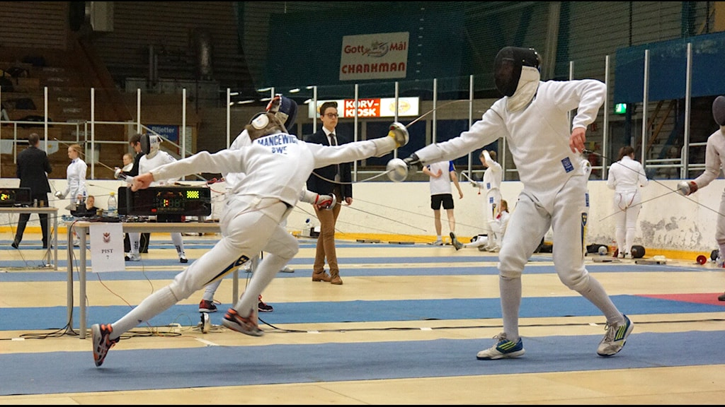Bartek Mancewicz attackerar sin motståndare vid junior-SM i fäktning.