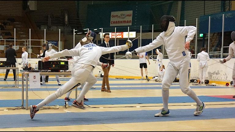 Bartlomiej Mancewicz attackerar sin motståndare vid junior-SM i fäktning. Privat foto