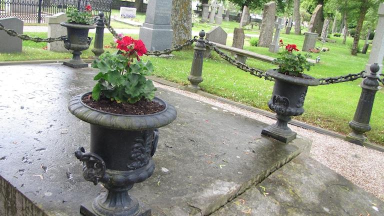 Urna på gravsten. Foto:Gunnel Wallin Sveriges Radio