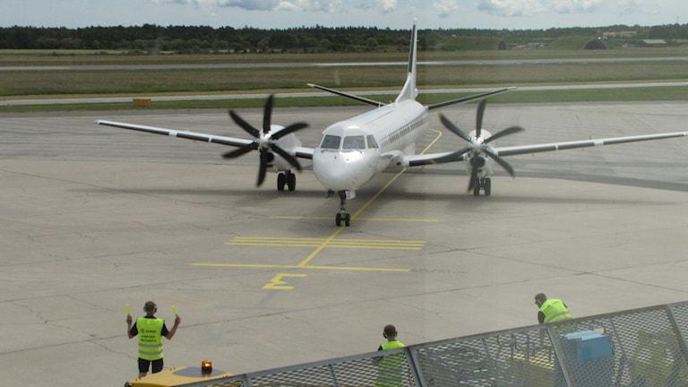 Flygplan landar på Visby flygplats. Foto: Lasse Ahnell/Sveriges Radio