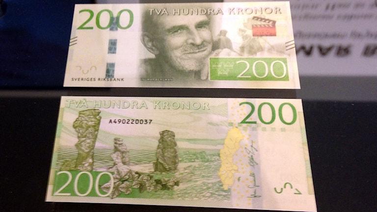 Ny 200 kronors sedel med Ingmar Bergmans Fårö. Foto: Isabelle Strengbom/Sveriges Radio