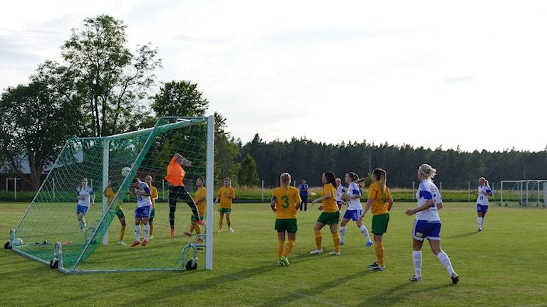 Alma Nygren i Dalhem IF  gör mål mot Rågsved IF. Foto: Eva Didriksson/Sveriges Radio Gotland