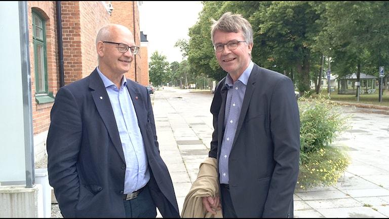 Regionrådet Björn Jansson (S) och regeringens kontaktperson Peter Larsson. foto: Gunnel Wallin/P4 Gotland Sveriges Radio